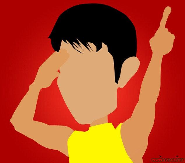 疯狂猜图名人明星_两个字_红底黄衣服黑头发,一只手敬礼一时手伸出